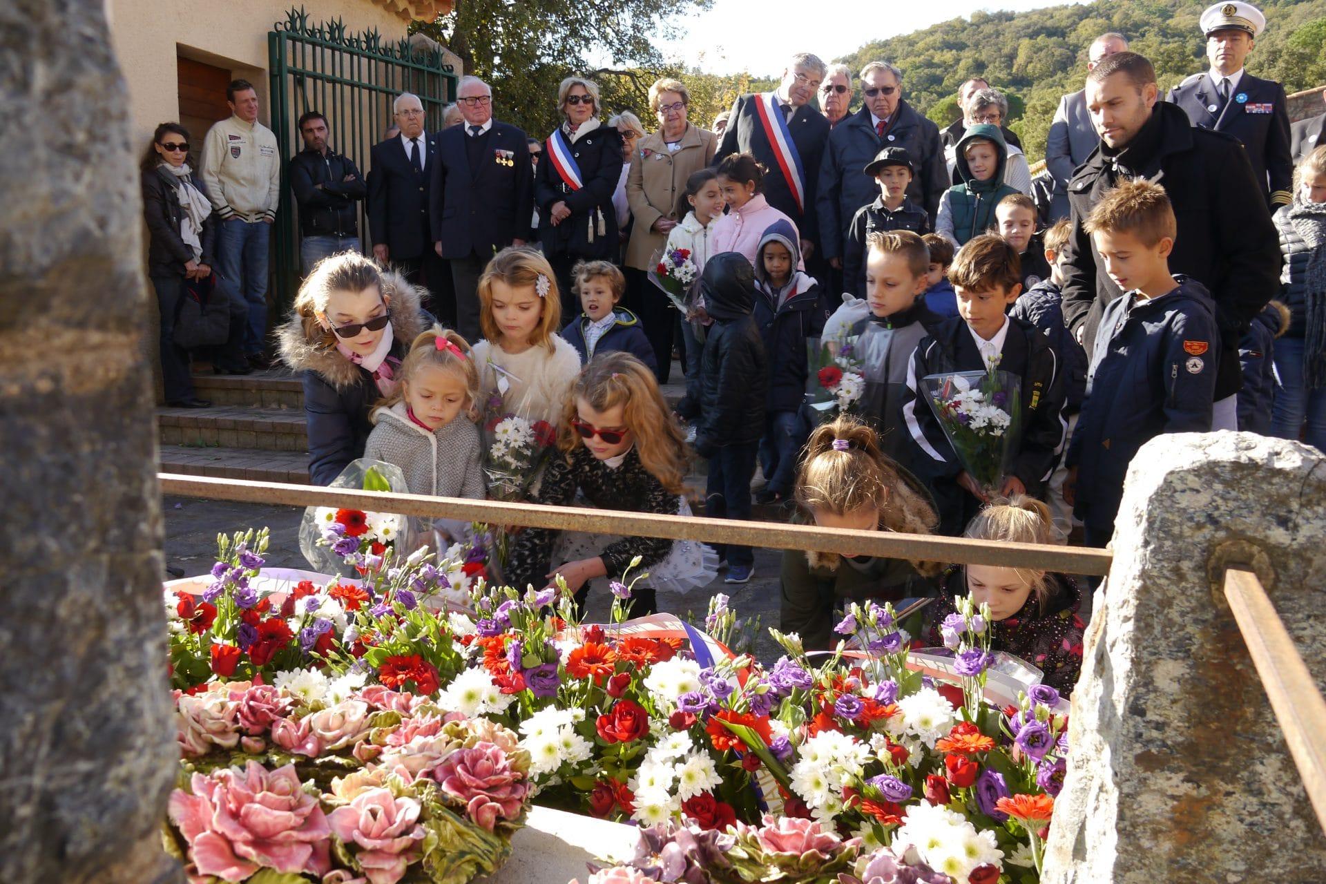 enfants-deposent-bouquets